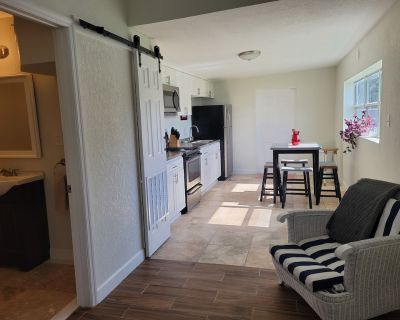 Country Cottage one mile from UCF and close to Disney - Orlando
