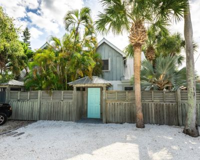 Charming dog-friendly home surrounded by palm trees! Close to attractions! - New Town
