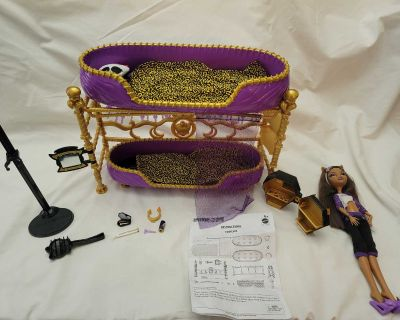 2011 Monster High Room to Howl Bed Playset and Dead Tired Doll