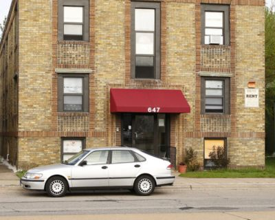 Charming Studio For Rent on Snelling Ave!
