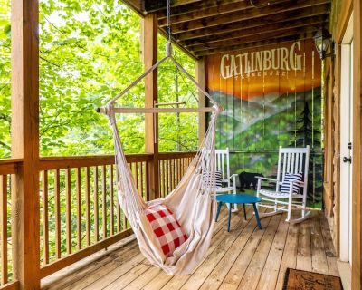 Boutique Cabin - Remodeled in 2021, Great Location, Hot Tub, Views - Gatlinburg