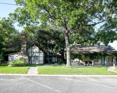 Austin Street Retreat | Great Location for Up to 12 - Fredericksburg