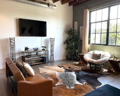 Luxury KING BED Safari Themed Loft In Downtown - Mobile Central Business District