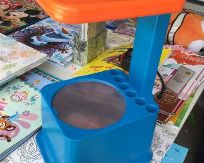 DISCOVERY KIDS ART PROJECTOR (magnifies & projects on ceiling)