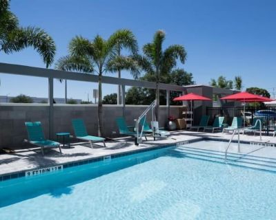 GORGEOUS PET FRIENDLY SUITE! FREE BREAKFAST & POOL - Airport North