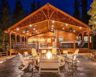 Luxury Big Bear Mountain Cabin with pool table, game room, hot tub & fireplace - Fox Farm