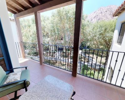 An Upstairs One Bedroom with a King Bed Just Steps from the Pool and Hot Tub! - La Quinta