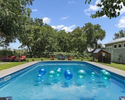 Claudia's Haus | New Listing | Pool & Hot Tub - Fredericksburg