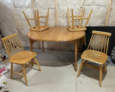 Dining table with 4 chairs and leaf!