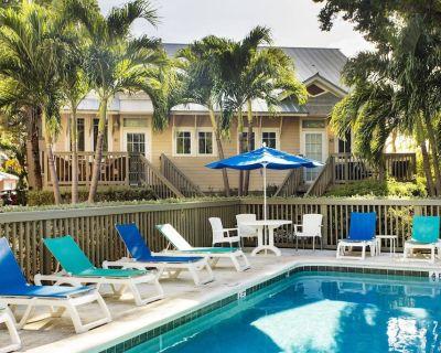 COCONUT MALLORY #412, Resort Amenities, Pools, Hot Tub, Pub and Key West Convenience! - Key West
