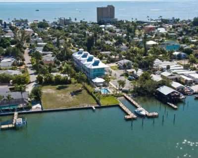 Executive style villa - back waters of Estero Bay, Pool, Walk to Times Square - Fort Myers Beach