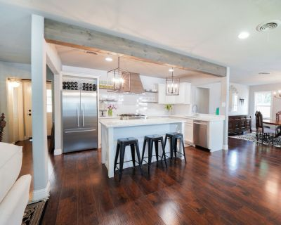 The Modern Farmhouse close to W7th,TCU, Stockyards, Downtown, Zoo, and Dickies - Westworth Village