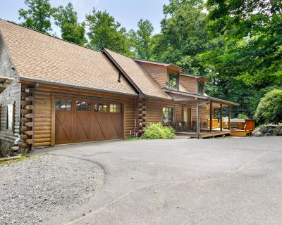 Elk Mountain Lodge: An Asheville Mountain Escape Accommodating 8-16 with Hot Tub - Asheville