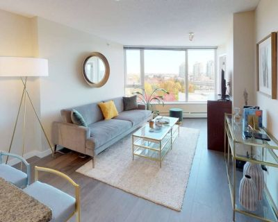 Clean & Modern Downtown Condo: 4 Beds, Pool, Jacuzzi & Gym! - Crosstown