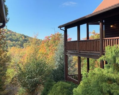 Ready, Set, Explore...Sunsets/Views/Theater Room/Fireplaces/Hot Tub/Pool Access - Pigeon Forge