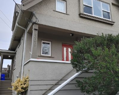 Lovely Main Level of House in a Great Location - Oak Bay