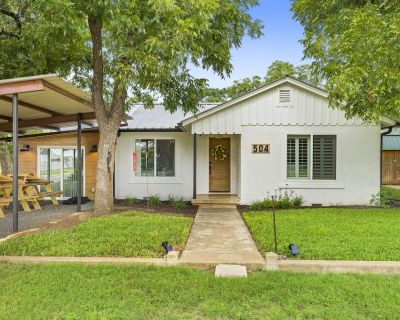 Fully restored 1960s home, large corner lot, 6 Beds, blocks from town center. - Johnson City