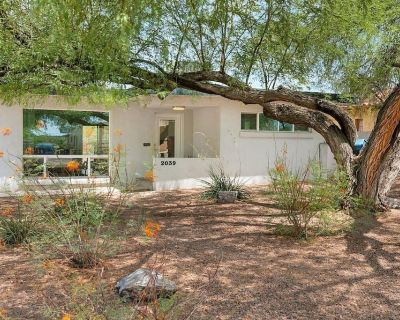 Smart Home With Tech Room, Outdoor Entertainment and Pet-friendly! - Sam Hughes