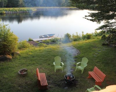 Lakefront Quiet Home: Fireplace, Dock, WiFi, Pool Table, Wii, boat & kayaks - Pocono Country Place