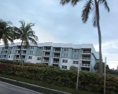 Ocean Front with Ocean View. Across from Smathers beach. Sleeps 5, 2/2 baths. - Key West