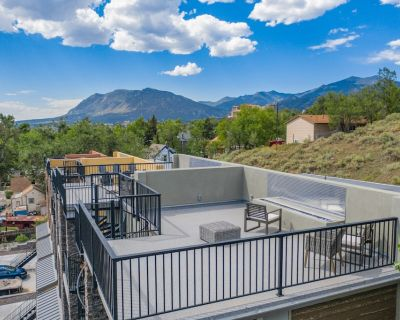 Mountain Views Modern Rooftop Patio w/Fire Pit - Old Colorado City