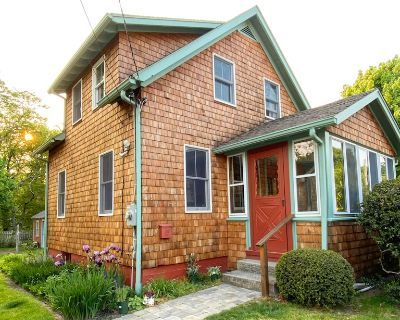 Cozy Village Cottage Within Walking Distance to the Beach and Downtown - Jamestown