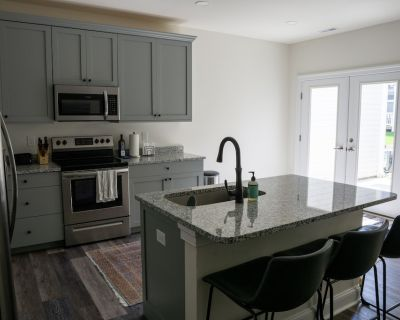 Bright and Airy New Townhouse 5 Minutes from the Beach - Ocean View