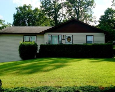 Feel right at home! Clean, comfortable & close to town. Locally owned & operated - Hendersonville