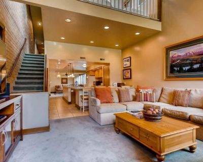 Amazing summer deal! Spacious family size townhome with private parking. Fireplace, 2 living areas for perfect family summer vacation. Hiking/biking trails just steps away. - Downtown Park City