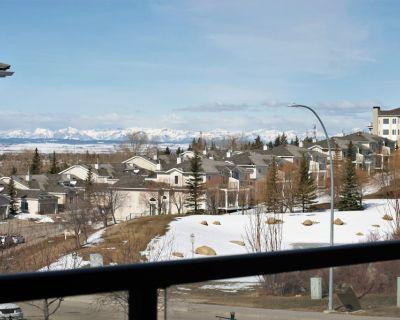 Rocky Mountain Views Cozy Townhome - Northwest Calgary