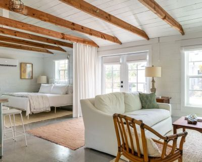 Palmetto Carriage House - open and airy studio apartment close to everything! - Fairhope
