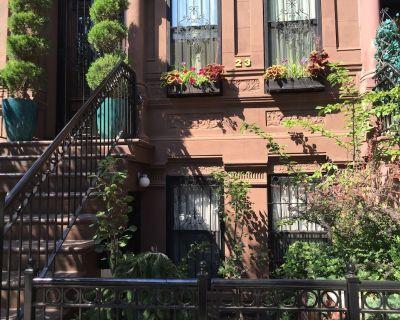 Stylish, Inviting Garden Brownstone Studio, Close to Subway! - East Harlem