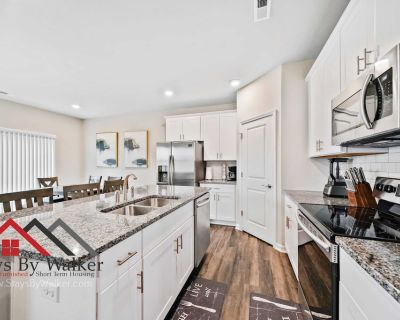 Modern 2B/2.5B TownHome w/ Office King Beds Gym + Pool Fenced Yard (1914 - Concord