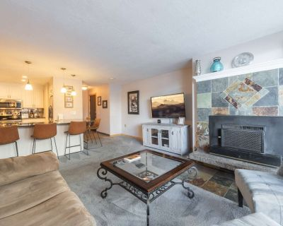 *FREE SNOWBOARD or SKI RENTAL* No Car Needed 1 Block to Skiing, Communal Hot Tub, Fireplace, Keyless - Downtown Park City