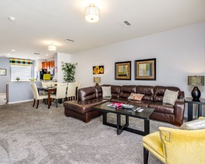 Elegant 3-story townhome with garage, 3 bedrooms and 3.5 bathrooms. - Orlando