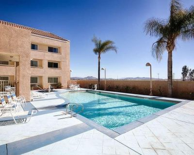 Wine Country Escape in Red Lion Inn & Suites Perris! Queen Unit, Pool, Breakfast - Eastside