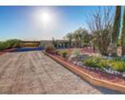 Tucson, Gorgeous remodeled territorial home nestled on