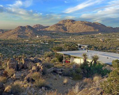 Gorgeous Views, 5 Acres, Sleeps Up to 8, Hot Tub, WiFi, 5 Min to Park! - Joshua Tree Highlands