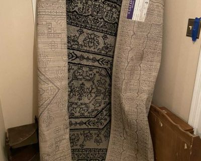 6x9 area rug in super condition! Zoom in to see color (silver/black)pattern & label.