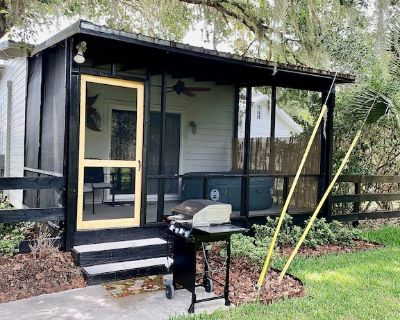 Pine Forest Studio, serene winding lane to cozy retreat, screen porch, hot tub - Eustis