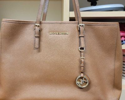 Excellent barely used condition. Michael Kors brown purse.