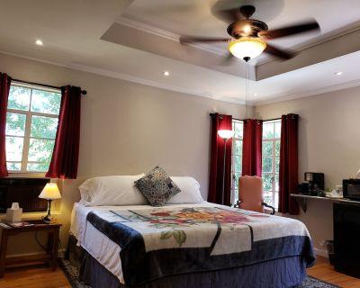 King bed! 7 guests 3 Bath Keurig! Pet Friendly:-) - Ingram Hills