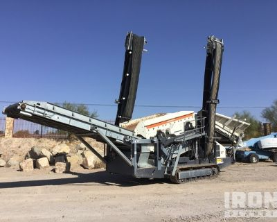 2015 Metso ST2.4 Tracked Mobile Screen Plant
