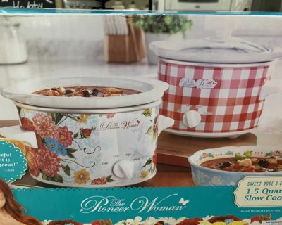 New 2 set crock pots new in box perfect for holidays ! Retails $45