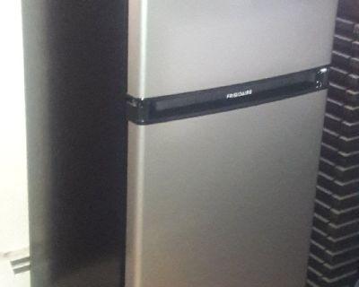 Frigidaire - 4.5 Cu. Ft. Top-Freezer Refrigerator - Silver