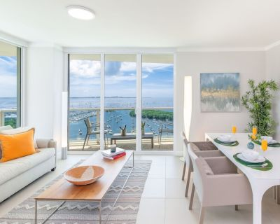 FRONT BAY VIEWS! WRAP-AROUND BALCONY. FREE: PARKING, POOL, GYM, PRIVATE WI-FI - Northeast Coconut Grove