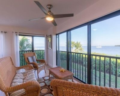 Watch dolphins, sea otters and osprey from you re screened in porch overlooking Pine Island Sound - Captiva