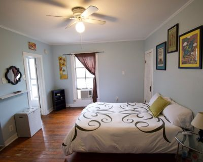 1Br/1Ba. Wine & Chocolate for more than one night stays. Free WiFi. Kitchenette. - Downtown Lafayette