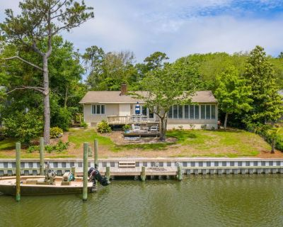 Dock Holiday! with Boat Dock & Pet Friendly - Pine Knoll Shores