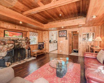 Lagunita Shores: Lakefront! Private Dock! Hot Tub! Multi-Level Decks! BBQ! Wood Floors! - Big Bear Lake